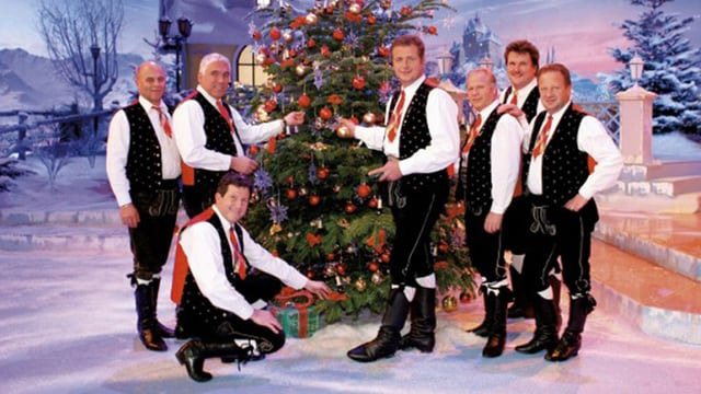 Kastelruther Spatzen vor Weihnachtsbaum auf Bühne