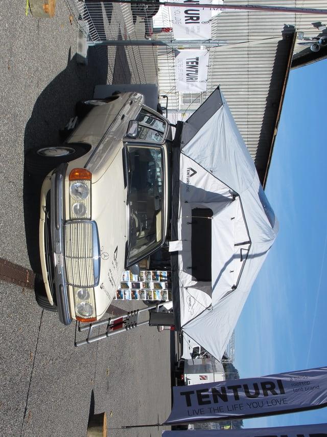 Das Bild zeigt ein Zelt, welches auf das Dach eines PKWs