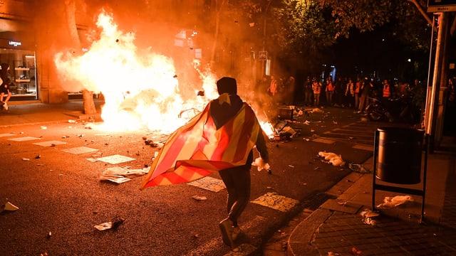 Demonstrant bei einer brennenden Barrikade