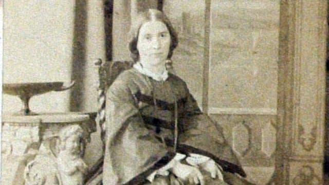 Altes, etwas unscharfes Foto einer jungen Frau.