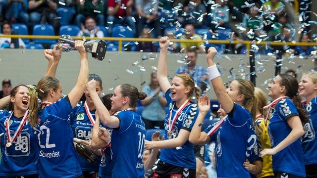 Jubelnde Spielerinnen des LK Zug nach dem Cupsieg.