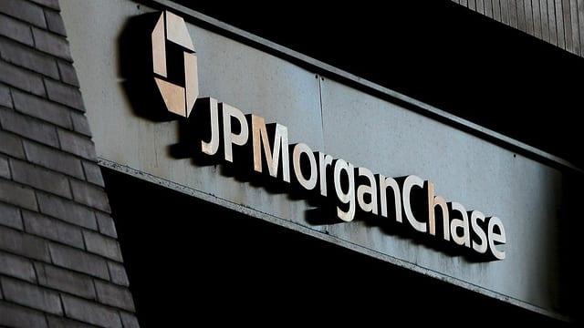 Das Logo von JP MorganChase an einer Hausfassade