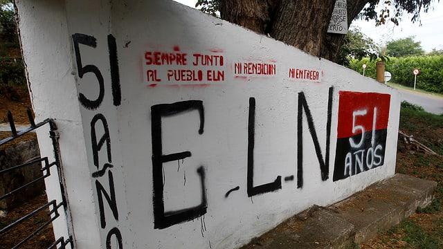 Graffiti der Guerillagruppe ELN am Eingang eines Friedhofes.