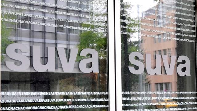 Il logo da la SUVA sin la porta dalla SUVA a Basilea.