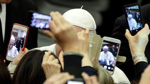 Il papa davos ina mantun smartphones.
