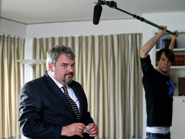 Mann hält Mikrofon vor Mike Müller.