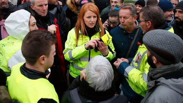 Ingrid Levavasseur mit gelber Weste umringt von Menschen.