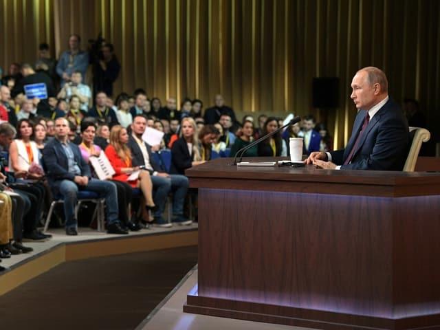 Wladimir Putin spricht zum Plenum.