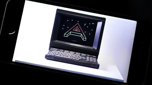 Ein Bild eines alten Computers, gezeigt auf einem Smartphone.