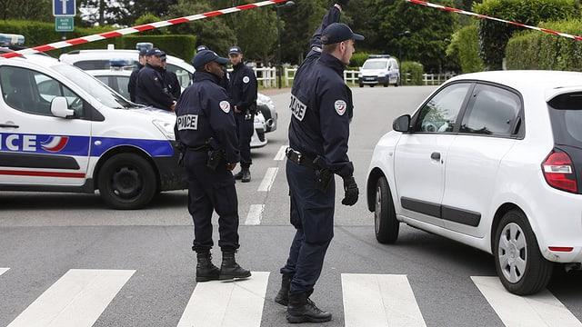 Policists segireschan in lieu.