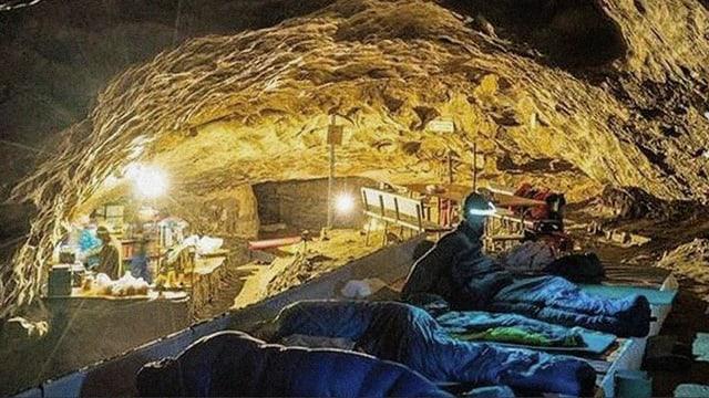 Schlafplätze in der Höhle