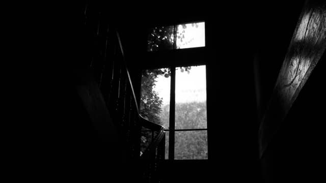 Dunkler Gang. Helles Fenster.