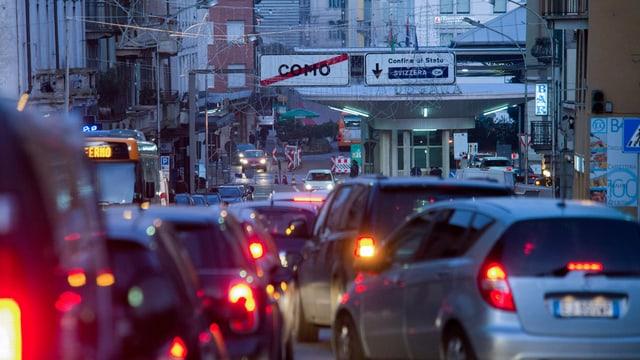 Autos avant il cunfin a Chiasso.