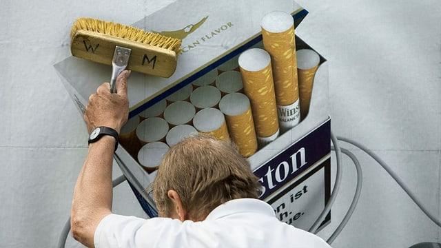 in um ferma in placat cun reclama da cigarettas vid ina paraid