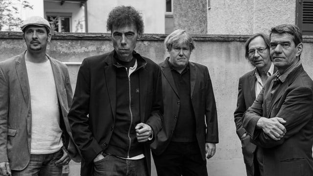 sw-Foto, vier Musiker in einem Hinterhof