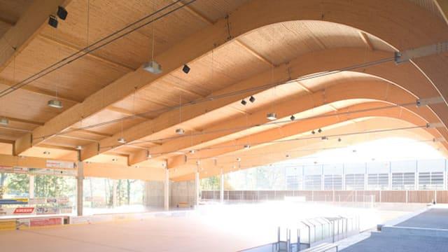Die geschwungene Holzkonstruktion des Eishallen-Dachs von innen.