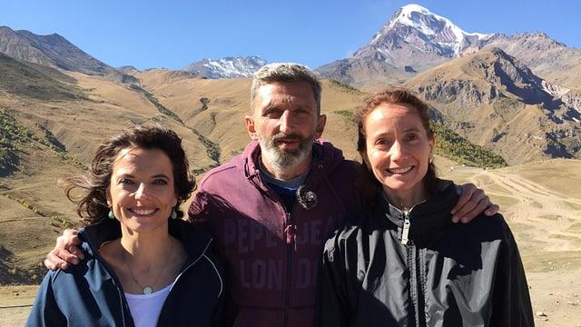 Mona Vetsch mit der Schweizerin Brigitte Renz und ihrem Partner Wacho Chvitschia in den georgischen Bergen.