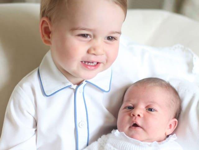 Prinz George hält Prinzessin Charlotte