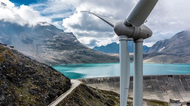Turbinas da vend sin il Pass dal Nufenen.