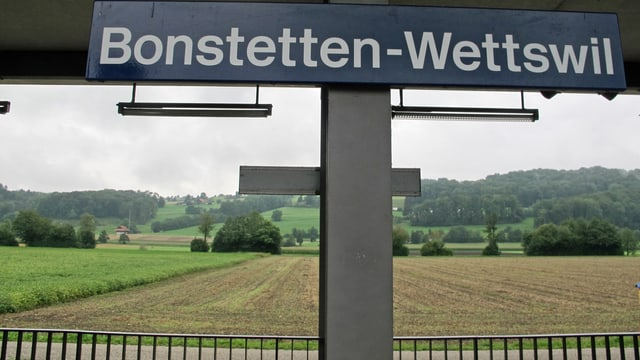 Bahnhof-Schild mit Aufschrift Bonstetten-Wettswil
