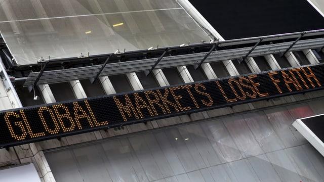 Eine elektronische Nachrichtentafel am Times Square in New York. Aufschrift: Die globalen Märkte verlieren den Glauben.