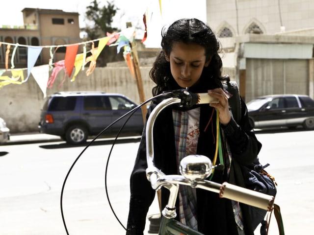 Wadjda (Waad Al-Masanif) vor ihrem Wunschtraum, dem grünen Fahrrad.