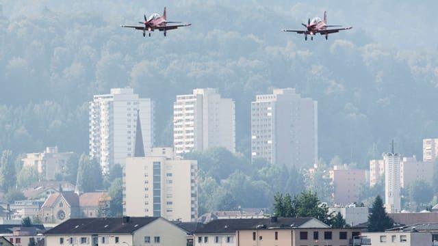 Zwei Flugzeuge fliegen den Flugplatz Emmen an.