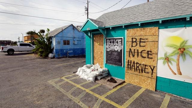 Ein verbarrikadiertes Haus mit der Aufschrift «Be Nice Harvey».