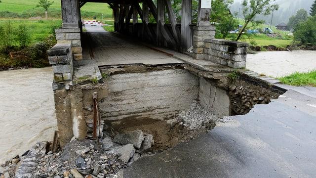 Zerstörte Zufahrt zu einer Brücke.