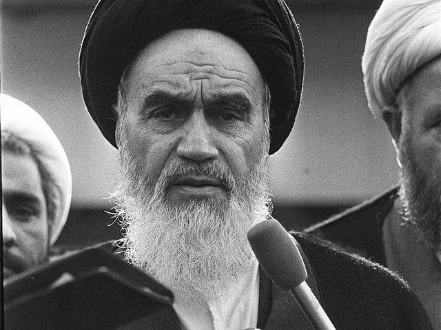 Schwarz-weiss-Foto Chomeinis: Mann mit weissem Bart und schwarzem Turban.