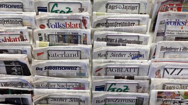 Zeitungsständer voll mich Schweizer Zeitungen