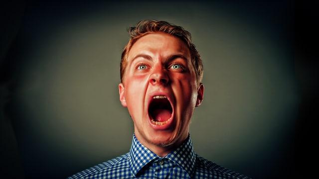 Mann mit hochrotem Kopf schreit herum