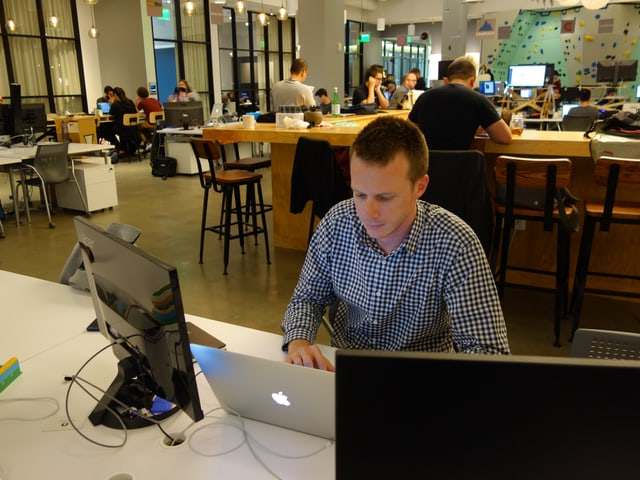 Valora-Mitarbeitr Cyril Dorsaz arbeitet in einem Gemeinschaftsbüro in San Francisco.