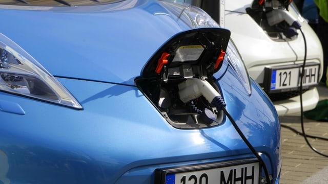 Ein Elektroauto beim Strom tanken.
