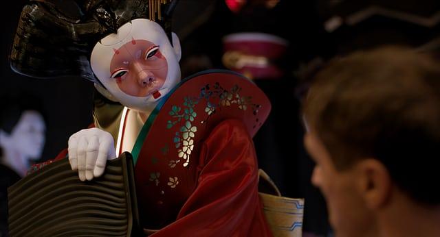 Eine unheimliche Roboter-Geisha schaut uns an.