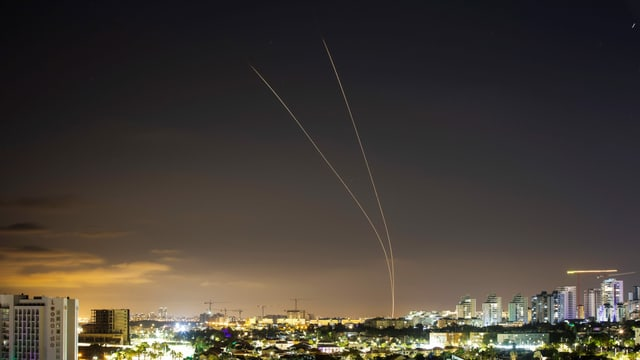 Raketen von Israel im Nachthimmel.