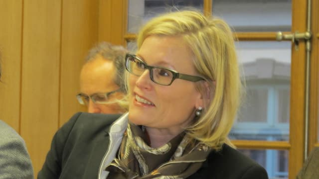 Die blonde Finanzvorsteherin Yvonne Beutler, schräg von der Seite, lächelnd.