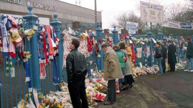Sheffield: Fans gedenken am 17. April 1989 vor dem Hillsborough-Stadion der Opfer der Massenpanik.