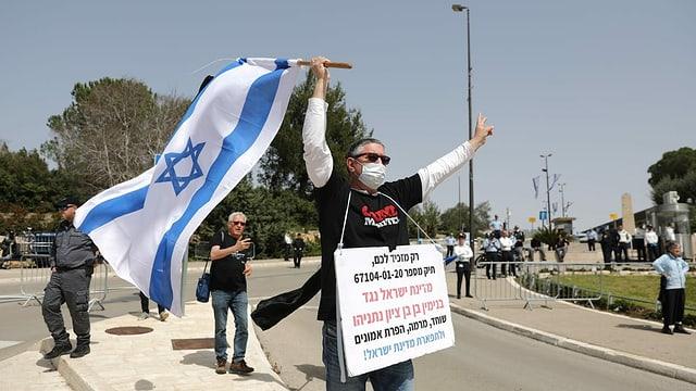 Israelische Wähler protestieren mit Plakaten und Fahnen