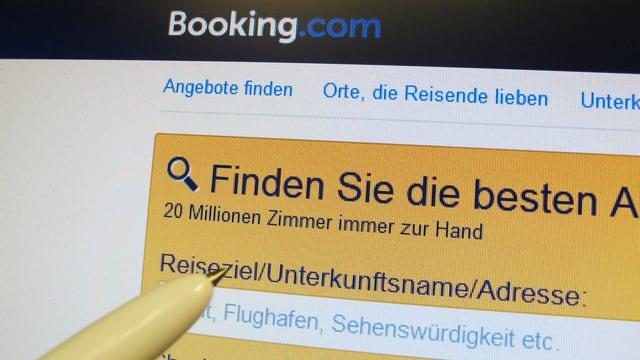Booking.com-Seite auf einem Bidschirm.