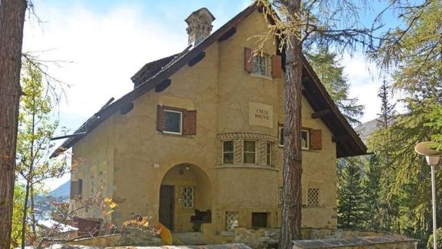 La Chesa Brunal è ina chasa tradiziunala grischuna brina cun in tet agiz, ina entrada cun vogt ed uschöls cotschens.