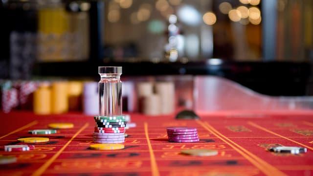 Spieltisch im Casino mit verschiedenen Chips