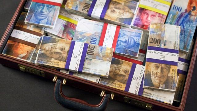 Aktenkoffer mit Banknoten.