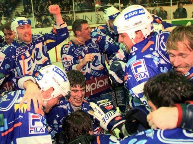 Die Zuger Spieler feiern 1998 ausgelassen ihren Titelgewinn.