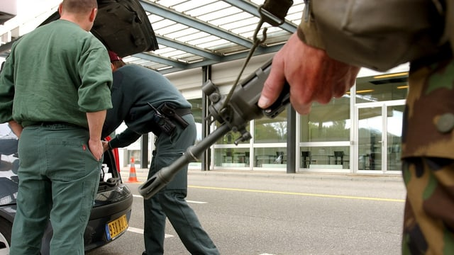 Armeeeinsatz an der Grenze: Ein Soldat durchsucht einen Kofferraum.