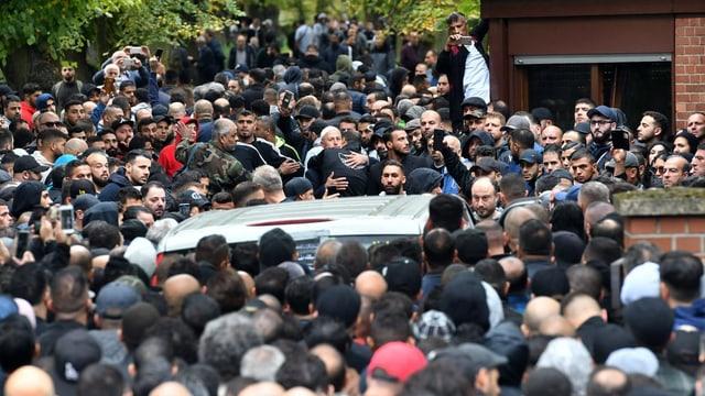 Viele Menschen an einer Beerdigung