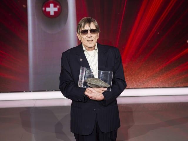 Polo Hofer mit der Trophäe «Schweizer des Jahres» 2016