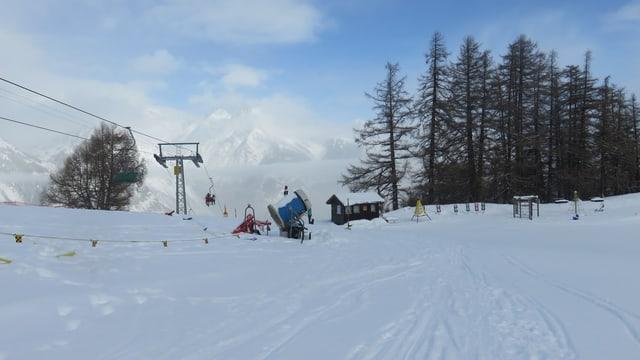 Skipiste mit Blick auf die alte Sesselbahn von Eischoll.