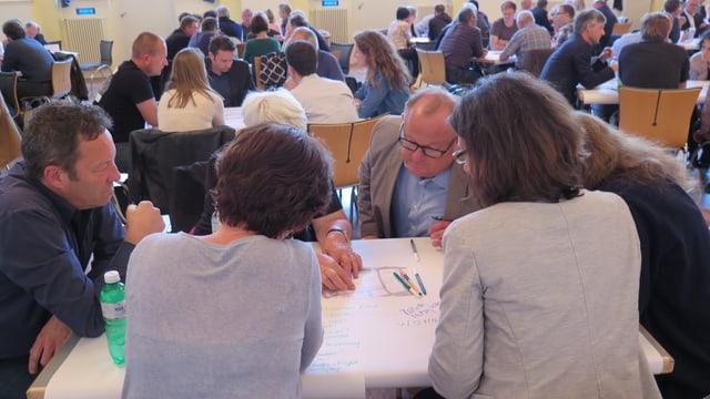 Leute an einem Tisch