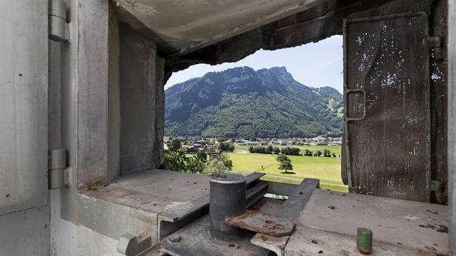 Blick aus einer Schiessscharte einer Festung.